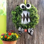 5 Minute handsome DIY monster Halloween wreath inspired by Cookie Monster, using recycled magazine paper. Great Halloween decoration & family kids crafts!