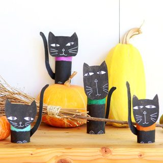 Wickedly gorgeous DIY Halloween cat family with free templates for you to download! Great as Halloween decorations & super fun kids Halloween crafts, LOVE!