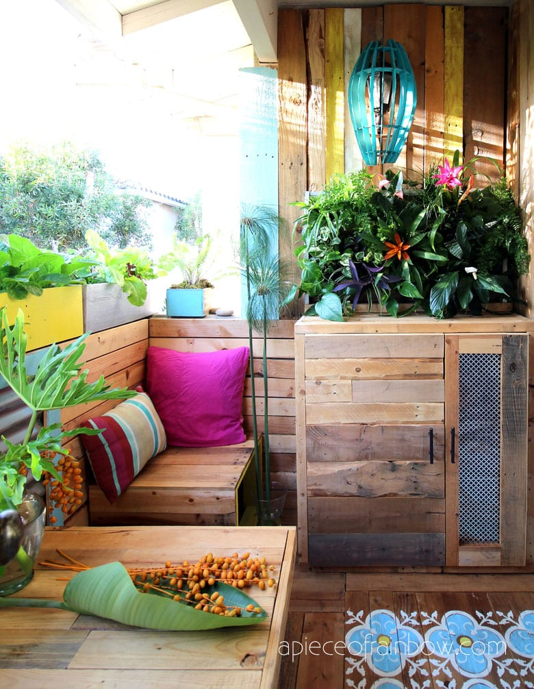 transform a rental patio into a beautiful boho colorful pallet outdoor room!