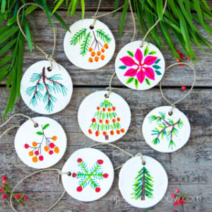 Beautiful DIY air dry clay and salt dough Christmas ornaments using nature finds & watercolor art on homemade clay! Easy and unique holiday crafts, gifts & decorations! – A Piece of Rainbow