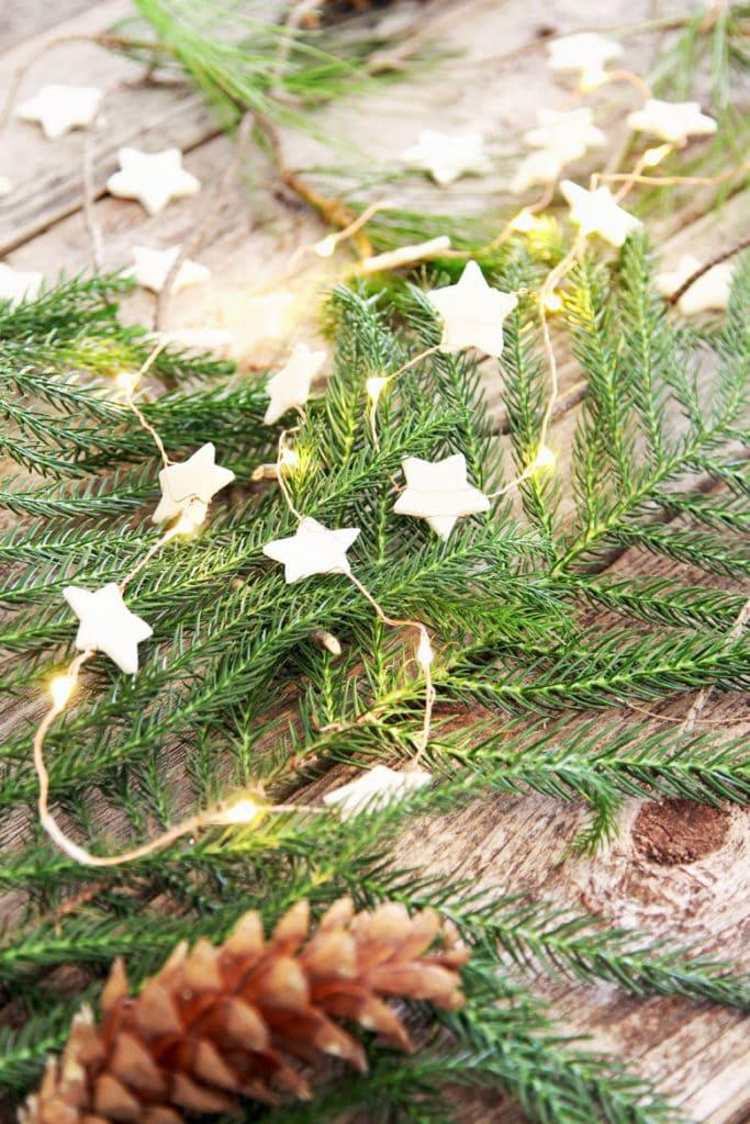 Mini guirnalda de estrellas navideñas de arcilla seca al aire con luces LED de cadena