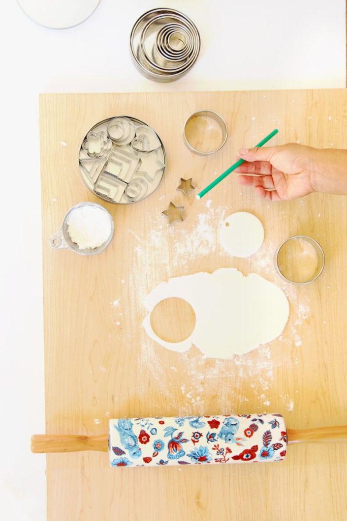 cortar masa de sal o adornos de arcilla secar al aire con cortadores de galletas y plantillas de bricolaje
