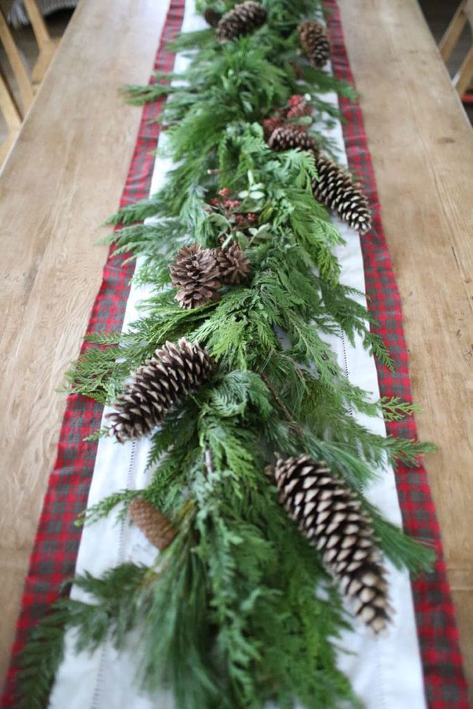 How to make Christmas table decorations with natural greenery