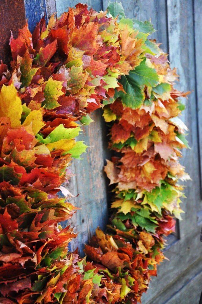 colorida corona de hojas de otoño de bricolaje